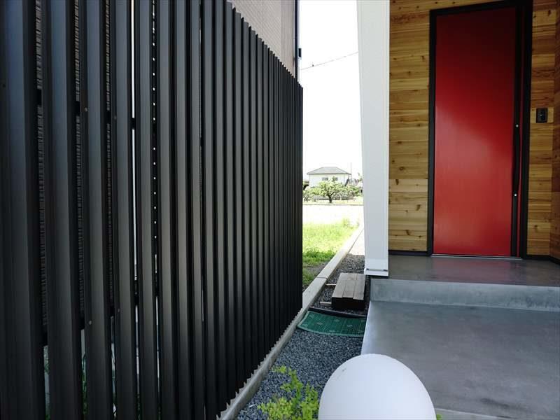 玄関ホール横の目的を持った目隠しフェンス!